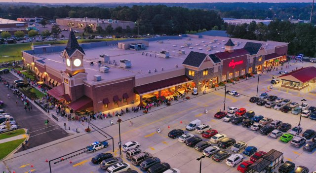 30k visit Raleigh Wegmans on opening day as crowd forces early opening