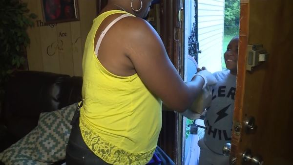 Maurice DeVoe - Local Mom of 6 kids hands out Free Lunches to Kids in Need.